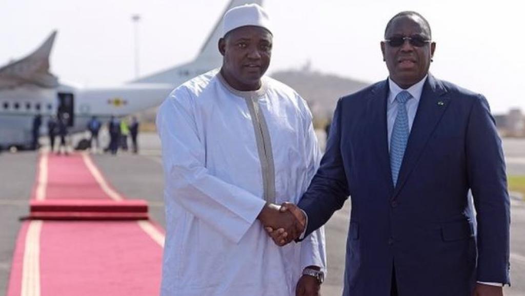 الرئيسان السنغالي ماكي صال والغامبي آدما بارو لدى وصول بارو العاصمة داكار في زيارة استمرت 3 أيام.